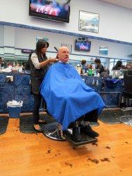 Fryzjerka podczas swojej pracy